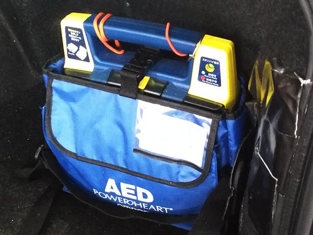 AED タクシー車両の2台に自動体外式除細動器を積んでいます。