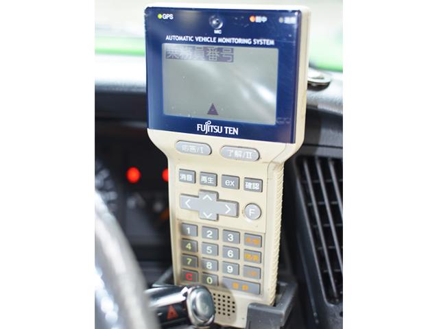 デジタル無線ハンディターミナル 配車センターから無線を受けGPSによりカーナビに迎車場所が表示されます。