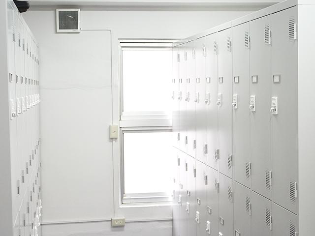 ロッカー室は男女で別建物に別れています。